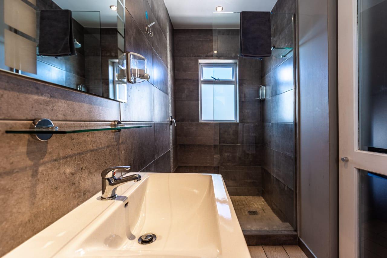 Queen Bathroom 2